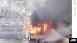 Бангкок: демонстранты жгут автобусы и бросают самодельные бомбы