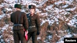 Binh sĩ Bắc Triều Tiên đứng bên bờ sông Áp Lục, ngày 12 tháng 12, 2013.