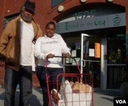 Setelah mengantri 4 jam, Charmaine Payne, mendapat paket kalkun untuk dimasak saat Thanksgiving bagi keluarga besarnya.