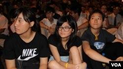 香港中学生自发罢课誓争真普选(美国之音海彦拍摄)