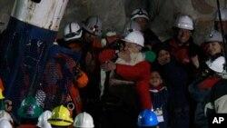 智利总统拥抱第一名被救矿工