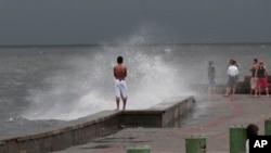 Bão Utor hay còn gọi là Labuyo ở Philippines đã thổi vào mạn bắc Philippines hôm thứ Hai trút các cơn mưa xuống các thành phố vùng núi và đồng bằng