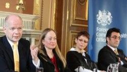 ویلیام هیگ وزیر امورخارجه بریتانیا سمت چپ، و مازیار بهاری، روزنامه نگار ایرانی - کانادایی در سمت راست تصویر - ۳۱ مارس ۲۰۱۱