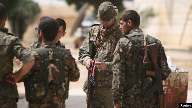 """Theo Ðài quan sát Nhân quyền Syria, các binh sĩ Syria đã tiến đến """"ranh giới"""" của tỉnh Raqqa, với sự yểm trợ của không quân Nga."""