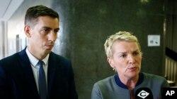 Elise Lucet (sağda) və Laurent Richard məhkəmədə müxbirlərin suallarını cavablandırırlar. 5 sentyabr, Nanterre, Paris civarı, Fransa.