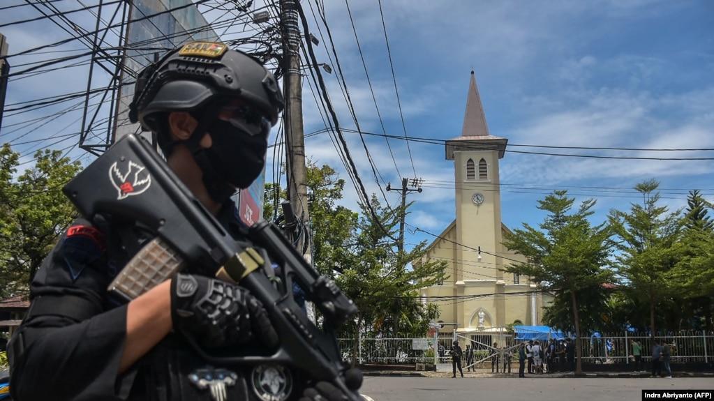 Polisi berjaga di luar gereja pasca ledakan di Makassar pada 28 Maret 2021. (Foto: AFP/Indra Abriyanto)