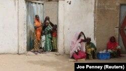 Des femmes du village Kerawa se tiennent devant les portes de leurs maisons, près de la frontière avec le Nigeria, au Cameroun, 16 mars 2016.