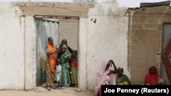 Des femmes et des enfants près de Kerawa, au nord du Cameroun.