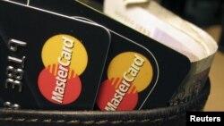 Seorang warga Rusia disidangkan di pengadilan Amerika di Guam atas tuduhan pencurian dan penjualan kembali puluhan ribu nomor kartu kredit.