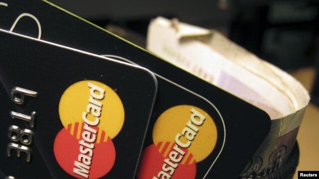 FBI membongkar penipuan oleh para tersangka yang memalsukan identitas untuk memperoleh kartu-kartu kredit dan memanipulasi laporan kredit (foto: ilustrasi).