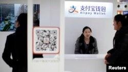 一名销售人员站在支付宝展台前