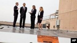 El presidente Barack Obama recorre los paneles solares dispuestos en el techo del departamento de Energía.