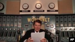 Tổng thống Ronald Reagan đọc diễn văn hàng tuần từ một phòng thu của Đài Tiếng nói Hoa Kỳ tại Washington, ngày 9 tháng 11 năm 1985.