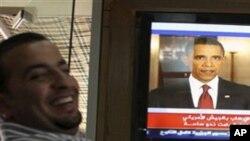 Um jordano, em Amã, vê o discurso de Obama na televisão
