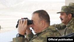 Prezident İlham Əliyev hərbi təlimi müşahidə edir