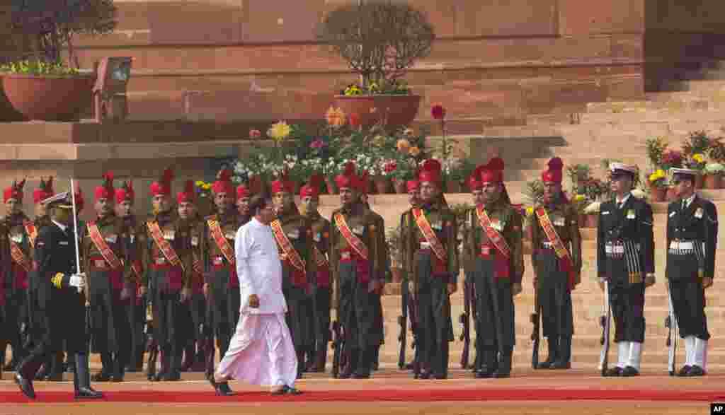 Presiden Sri Lanka Maithripala Sirisena menginspeksi penjaga dalam upacara penerimaan di Istana Presiden di New Delhi, India (16/2). (AP/Manish Swarup)