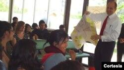 El embajador estadounidense en Quito, Ecuador, Adam Namm participa de un campamento con estudiantes del programa de inglés.