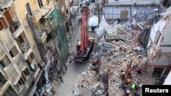 Tim penyelmat mencari korban di reruntuhan gedung-gedung yang rusak di kawasan Gemmayze, akibat ledakan hebat di kawasan pelabuhan Beirut awal Agustus lalu, Lebanon, 4 September 2020. (Foto: Reuters)