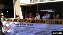 Exbraceros frente a la Embajad de México en Washington, donde pidieron salarios no cancelados.
