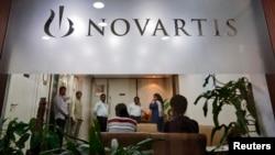 Orang-orang berkumpul di perusahaan Farmasi Novartis India di Mumbai (1/4). MA India menolak memberikan perlindungan hak paten pada perusahaan itu untuk obat kanker Glivec.