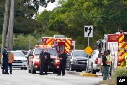 Aparat penegak hukum memblokir area di mana penembakan melukai beberapa FBI saat menjalani surat perintah penangkapan, Selasa, 2 Februari 2021, di Sunrise, Florida (Foto: AP/Marta Lavandier)