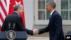 President Barack Obama and Turkish Prime Minister Recep Tayyip Erdogan shake hands at the end of a news conference in the Rose Garden of the White House in Washington, Thursday, May 16, 2013. (AP Photo/Charles Dharapak)