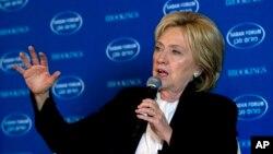 Ứng cử viên Đảng Dân chủ Hillary Clinton phát biểu tại Diễn đàn Saban Forum 2015 in Washington, ngày 6 tháng 12, 2015.