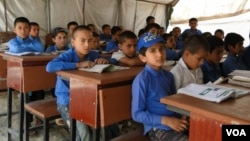 بیشتر از 8300 مکتب در افغانستان دارای ساختمان است اما در باقی مکاتب شاگردان یا زیر خیمه یا زیر سایه درختان درس می خوانند.
