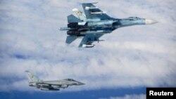 Російський СУ-27 (зверху) у районі Балтики. Неподалік від нього британський винищувач.