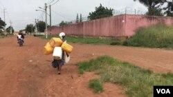 População tem que caminhar distâncias paa encontrar água