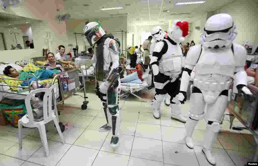 អ្នកសម្តែងសិល្បៈ Cosplay ស្លៀកពាក់ជាតួអង្គក្នុងរឿង Star Wars ចុះទៅសួរសុខទុក្ខអ្នកជំងឺក្នុងព្រឹត្តិការណ៍សប្បុរសធម៌មួយដែលរៀបចំឡើងដោយក្រុមមិនស្វែងរកកម្រៃឈ្មោះថា 501st Legion នៅមជ្ឈមណ្ឌល East Avenue Medical Center នៅក្នុងក្រុង Quezon ប្រទេសហ្វីលីពីន។