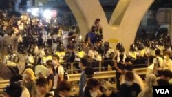 香港爆发超规模公民抗命促梁振英下台