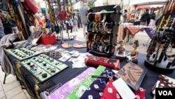 Kerajinan tangan asli Indonesia yang dijual dalam acara Made in Indonesia di Washington, DC. (VOA/Christian Arya Winata)
