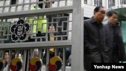 한국 여야는 2일 '김영란법' 제정안 가운데 위헌 소지가 있는 일부 쟁점조항에 대한 협상을 최종 타결지었다. 이날 오후 서울 정부서울청사에서 직원들이 점심을 위해 밖으로 나서고 있다.