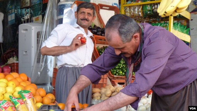 A fruit stand in a market in Irbil. (VOA/Jeff Young)