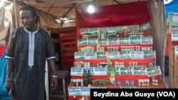 Salif devant ses produits, à Dakar, au Sénégal, le 4 juin 2017. (VOA/Seydina Aba Gueye)