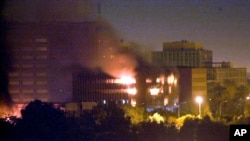 Le ministère irakien de la Planification brûle après avoir été touché par un missile à Bagdad, le 20 mars 2003.