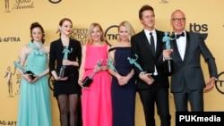 "Para pemain ""Birdman,"" dari kiri, Andrea Riseborough, Emma Stone, Amy Ryan, Naomi Watts, Edward Norton dan Michael Keaton yang mendapat penghargaan aktor-aktris terbaik dalam Screen Actors Guild (SAG) Awards di Los Angeles, California (25/1). (Reuters/Mike Blake)"