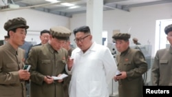 មេដឹកនាំប្រទេសកូរ៉េខាងជើង Kim Jong Un ផ្តល់ការណែនាំនៅក្នុងទស្សនកិច្ចរបស់ខ្លួននៅរោងចក្រម៉ាស៊ីនមួយក្នុងទីក្រុង Pyongyang កាលពីថ្ងៃទី១៧ កក្កដា ឆ្នាំ ២០១៨។