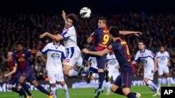 Pesepakbola Barcelona Alexis Sanchez (dua dari kanan) berebut bola dengan Juan Carlos dari kesebelasan Deportivo Coruna dalam pertandingan Liga Spanyol di stadion Camp Nou di Barcelona, Spanyol. 9 Maret 2013 (Foto: dok).