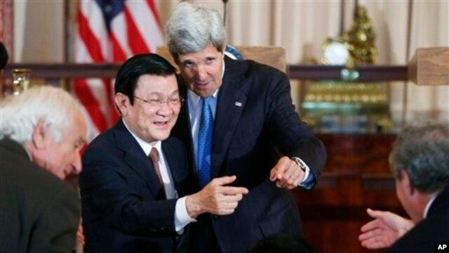 Ngoại trưởng Mỹ John Kerry giới thiệu Chủ tịch Trương Tấn Sang của Việt Nam với Mỹ Đại diện Thương mại Hoa Kỳ Mike Froman (phải) tại Bộ Ngoại giao ở Washington, ngày 24/7/2013.