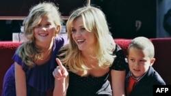 Reese Witherspoon, kızı Ava ve oğlu Deacon ile Hollywood Şöhretler Kaldırımı'na konan kendi yıldızının başında (1 Aralık 2010)