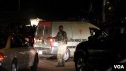 Seorang tentara Nigeria berjaga di dekat ambulans yang mengangkut para korban di Abuja, 31 Desember 2010.