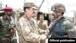 جنرل راحیل شریف میرانشاہ میں فوجیوں سے ملاقات کرتے ہوئے