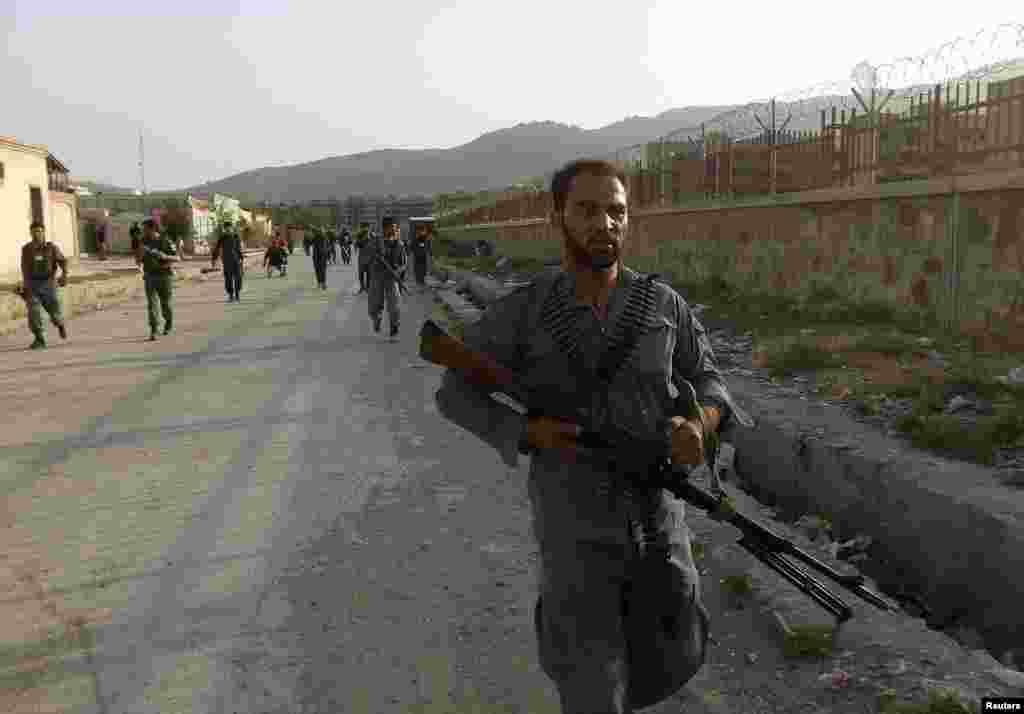 کابل ائیرپورٹ پر حملے کے بعد سکیورٹی فورسز نے علاقے کو گھیرے میں لے لیا۔