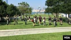香港防暴警察3日在添馬公園驅趕民眾。 VOA 任新攝影