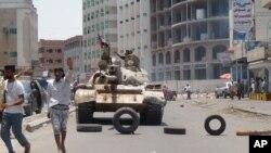 忠于也门总统哈迪的武装人员2015年4月2日在亚丁街头摆开阵势。