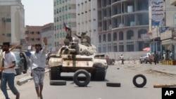 Milisia yang loyal pada Presiden Yaman Abed Rabbo Mansour Hadi mengambil posisi di jalanan Aden, Yaman (2/4). (AP/Wael Qubady)