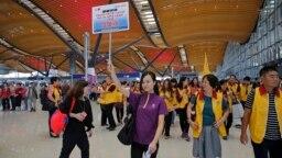 Khách du lịch tại sảnh đi của chiếc cầu mới khánh thành nối Hong Kong với Chu Hải và Macau. Chiếc cầu này được cho là đã góp phần làm tăng lượng khách kỷ lục tới Hong Kong.