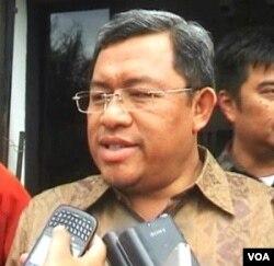 Gubernur Jawa Barat, Ahmad Heryawan saat memberikan penjelasan kepada media.